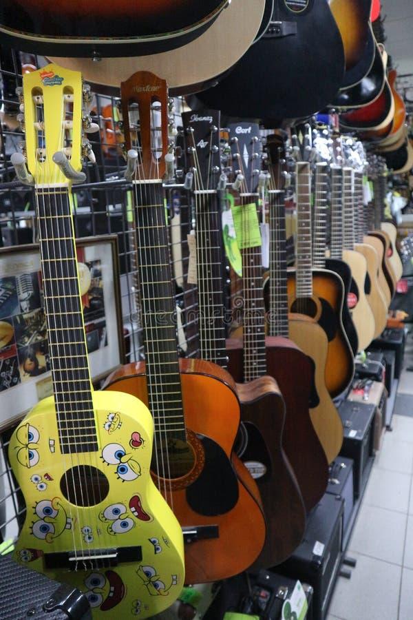 Ukulélé et guitares dans un magasin d'instrument de musique photographie stock libre de droits