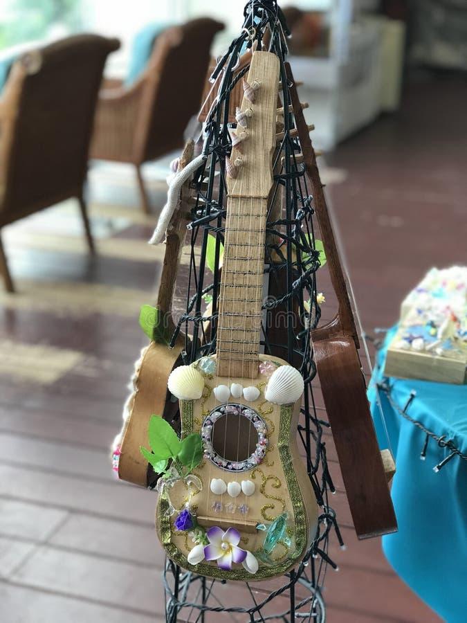 Ukulele decorate nel tema dell'oceano immagini stock libere da diritti