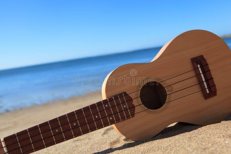 Ukulele en una playa fotografía de archivo