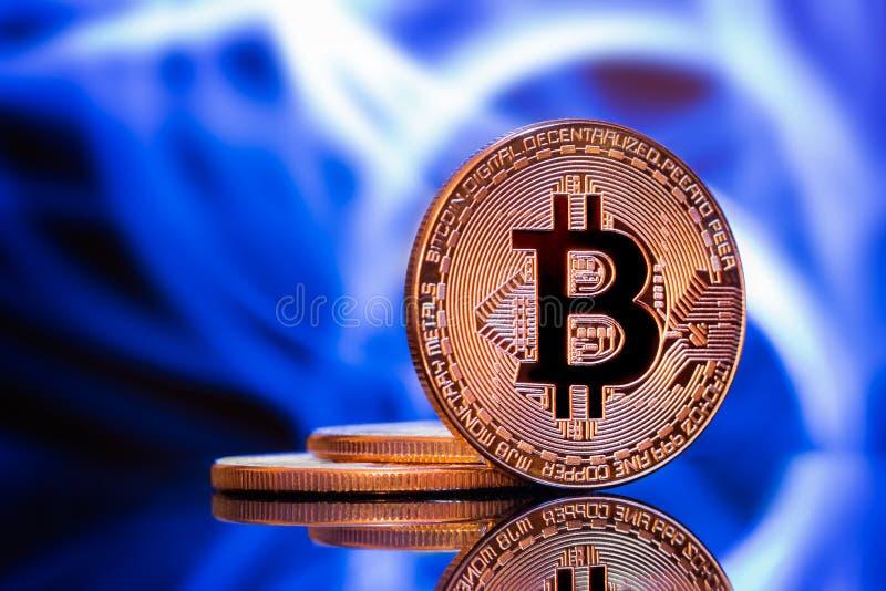 Ukuwa nazwę bitcoin przeciw błękitnej łunie obrazy stock