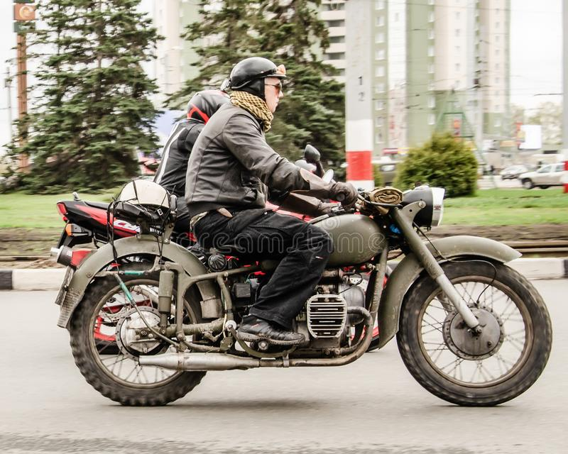 Ul'janovsk, Russia - 3 maggio 2019: Motociclista sul retro giro militare del motociclo una manifestazione tradizionale dedicata a immagine stock