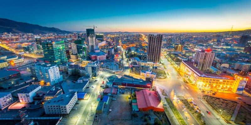 Ulaan-Baator, Mongolia - 16 de mayo de 2015: Opinión de la noche en las calles de la capital de Mongolia imagen de archivo