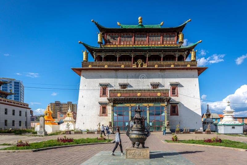 Ulaanbaatar,蒙古- 2018年9月10日-在Ulaanbaatar的郊区Gandantegchinlen修道院在一天空蔚蓝天和一些 库存图片