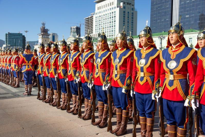 Ulaanbaatar/蒙古11 08 2016年:在大广场的游行在Ulaanbaatar 战士在传统制服打扮和 图库摄影