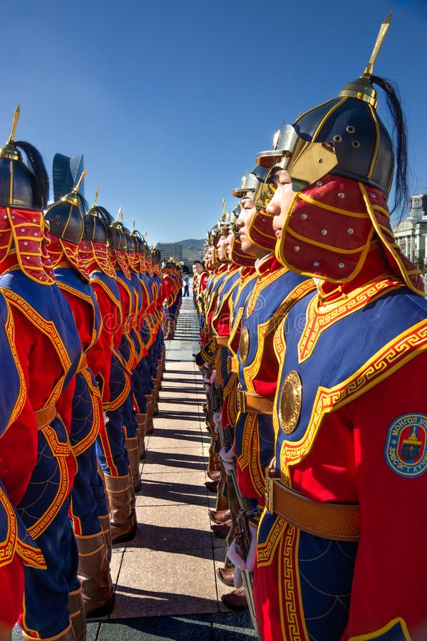 Ulaanbaatar/蒙古11 08 2016年:在大广场的游行在Ulaanbaatar 战士在传统制服打扮和 免版税库存图片