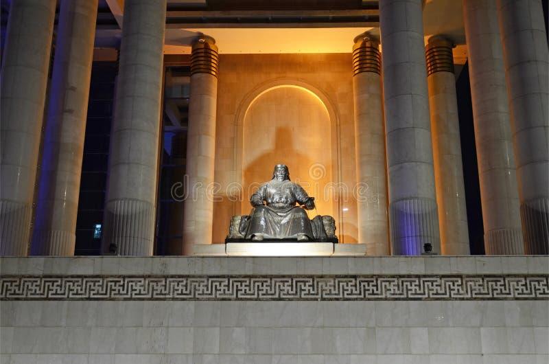 Ulaanbaatar, 1 Mn-Dec, 2015: Genghis Khan Statue voor de Mongoolse Overheidsbouw stock afbeelding