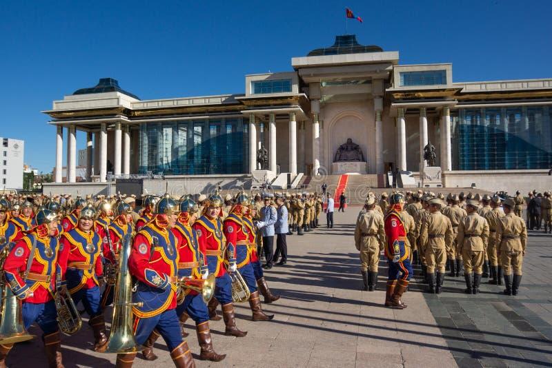 Ulaanbaatar/Mongolië-11 08 2016: De parade op het belangrijkste vierkant in Ulaanbaatar De militairen zijn gekleed in traditionel royalty-vrije stock foto