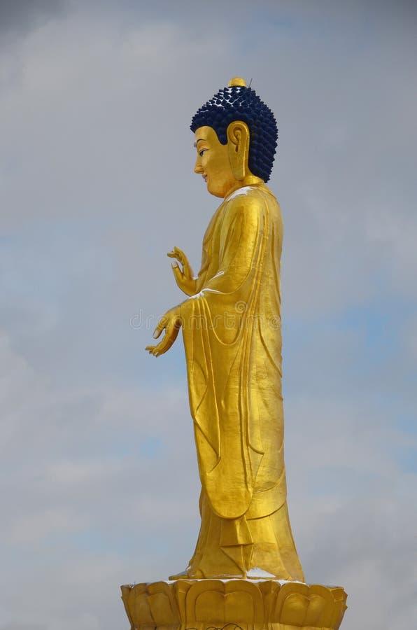 Ulaanbaatar, Mongolië - 02 Dec 2015: Het gouden standbeeld van Boedha dichtbij de heuvel Zaisan in clody dag in Ulaanbaatar royalty-vrije stock afbeelding