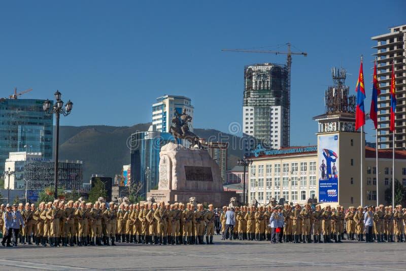 Ulaanbaatar/Mongolia-11 08 2016: Parada na głównym placu w Ulaanbaatar Żołnierze ubierają w tradycyjnym mundurze i zdjęcia royalty free