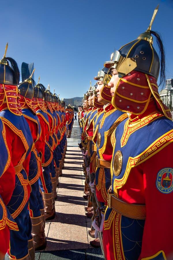 Ulaanbaatar/Mongolia-11 08 2016: Parada na głównym placu w Ulaanbaatar Żołnierze ubierają w tradycyjnym mundurze i obraz royalty free