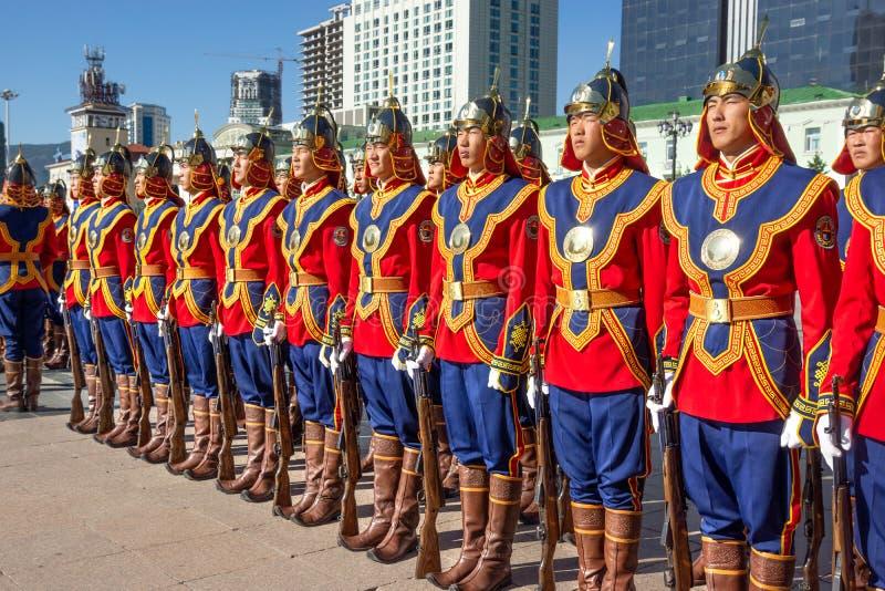 Ulaanbaatar/Mongolia-11 08 2016: Parada na głównym placu w Ulaanbaatar Żołnierze ubierają w tradycyjnym mundurze i obrazy royalty free