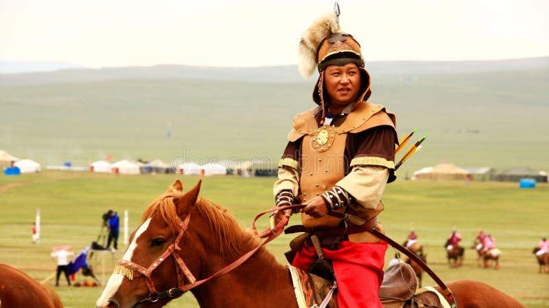 ULAANBAATAR MONGOLIET - JULI 2013: Besättning för bågskytte för Naadam festivalhäst royaltyfri foto