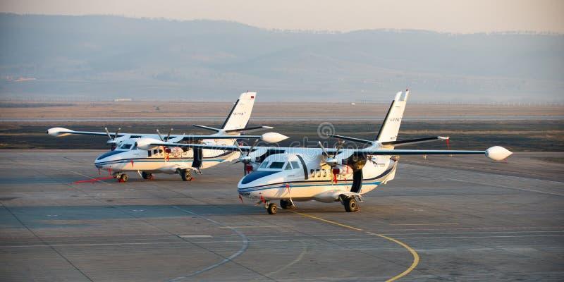 Ulan-Ude, Rusland - April 22, 2014: Het nieuwe die wit liet vliegtuig 410 bij de luchthaven Baikal wordt geparkeerd stock afbeeldingen