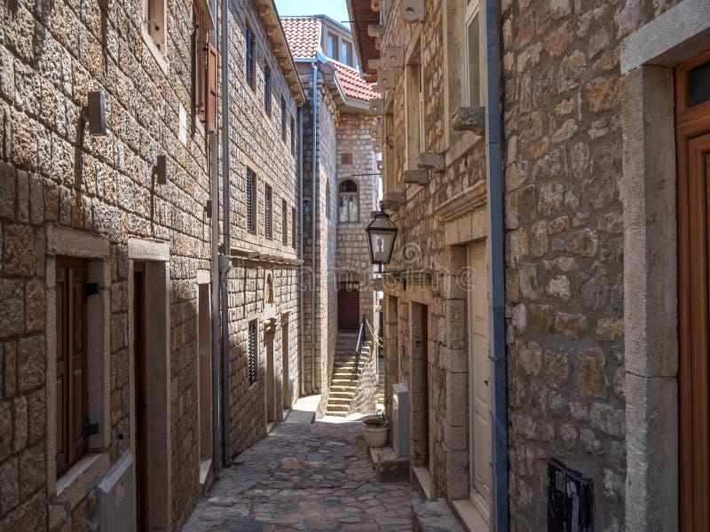 ULCINJ, ЧЕРНОГОРИЯ: улица популярного курортного города Ulcinj, Черногории стоковое фото rf