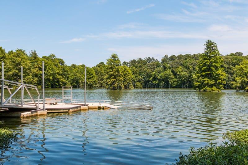 uległy czółna, kajaka wodowanie przy Stumpy jeziorem w Virginia plaży/ obraz royalty free