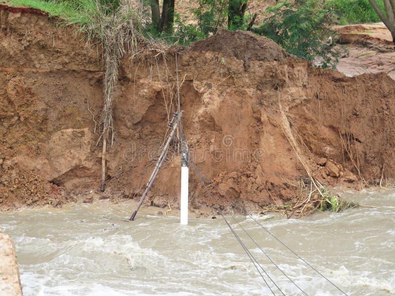 Ulewni deszcze i erozja powodować osunięcie się ziemi zdjęcia stock