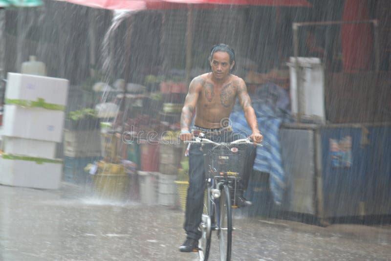 Ulewny deszcz w Mae Darniuje, Północny Tajlandia fotografia stock