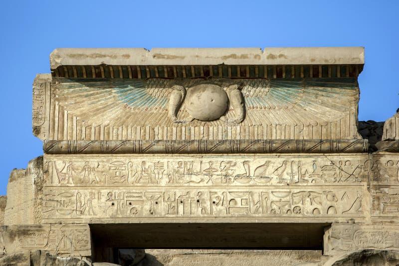 Ulga i hieroglify przy świątynią Kom Ombo który lokalizuje 65 km południe Edfu w Egipt fotografia royalty free