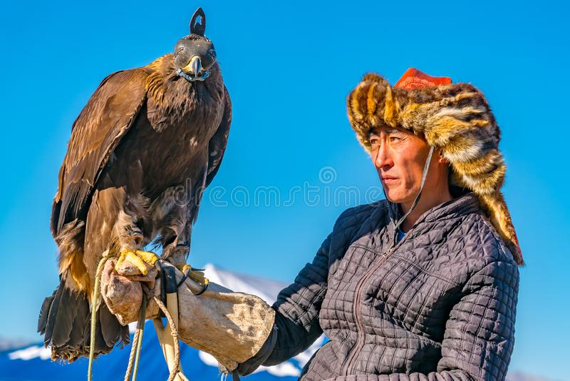 ULGII MONGOLIA, PAŹDZIERNIK, - 6, 2018: Złotego Eagle festiwal Portret Złotego Eagle myśliwy na horseback z orłem na jego ręce obraz royalty free