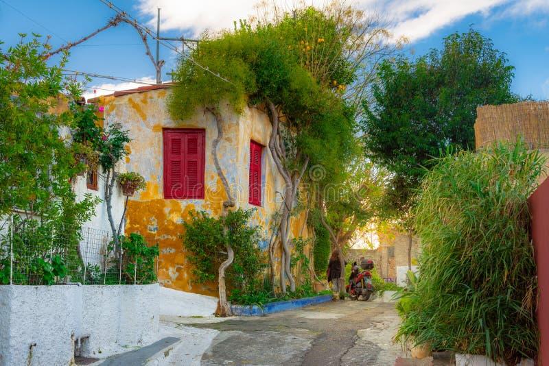 Ulica Anafiotika w starym miasteczku Ateny, Grecja Anafiotika jest okręgiem budującym pracownikami od wyspy Anafi zdjęcia royalty free