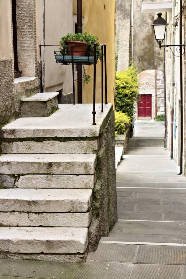 Ulica antyczna wioska Colonnata, sławna dla produ fotografia stock