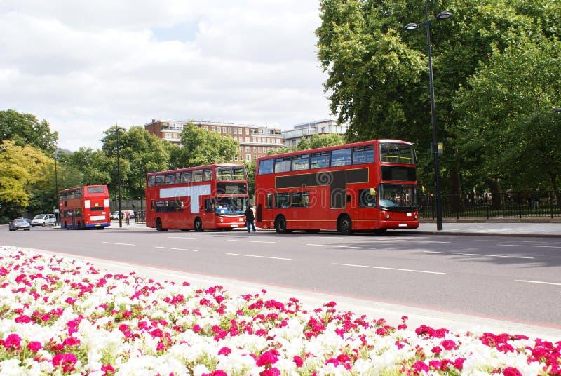 Ulica, czerwoni autobusów piętrowych autobusy & samochody w Londyn, Anglia obrazy royalty free