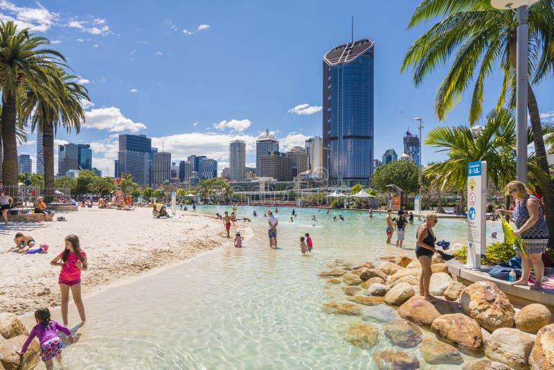 Ulica drapacze chmur w Brisbane i plaża obraz stock