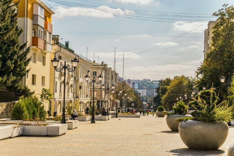 Ulica fiftieth rocznica Belgorod region Zwyczajna ulica w starym mieszkaniowym centrum miasto Belgorod zdjęcie stock