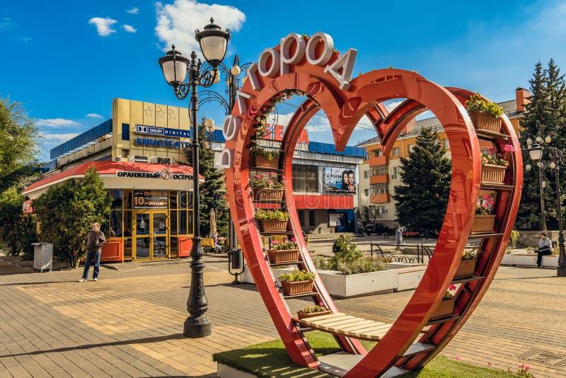 Ulica fiftieth rocznica Belgorod region Zwyczajna ulica w starym mieszkaniowym centrum miasto Belgorod obrazy stock