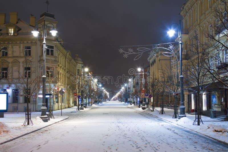 Ulica Gediminas w Wilnie w czasie Bożego Narodzenia z białym śniegiem fotografia royalty free