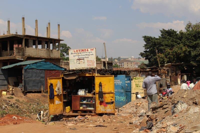 Ulica i sklepy w slamsach kapita? Uganda, Kampala - fotografia stock