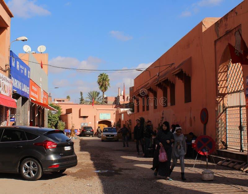 Ulica Marrakesh - zaludnia robić zakupy w starej części miasto zdjęcia royalty free