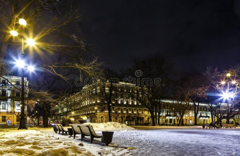 Ulica pod śnieżną pokrywą, Świątobliwy Petersburg, Rosja Pejzaż miejski w zimy nocy Dziejowy kulturalny budynek w baroku stylu zdjęcie stock