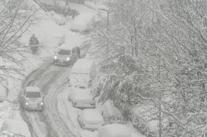 Ulica pod śniegiem w zimie obrazy stock