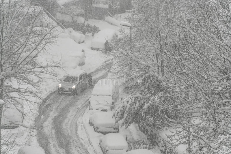 Ulica pod śniegiem w zimie fotografia stock
