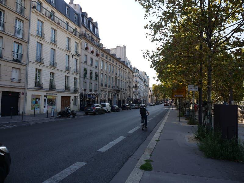Ulica pokazuje budynki i drogę Paryż obraz royalty free