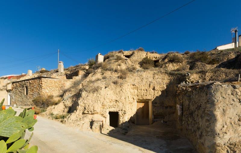 Ulica przy wioską z mieszkaniowymi domami w skały fotografia stock