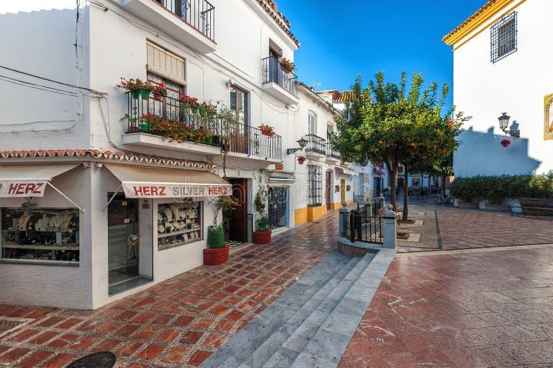 Ulica stary miasteczko z tradycyjną architekturą, pamiątkarskimi sklepami i piękną deptak drogą, zdjęcie royalty free