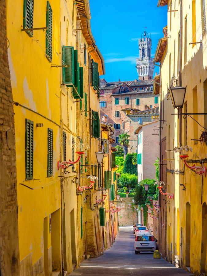 Ulica stary miasto przegapia wierza Torre Del Manja Siena zdjęcie royalty free