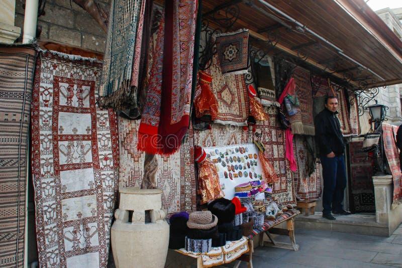 Ulica stary miasto z tradycyjnymi Azerbejdżańskimi dywanami na ścianie i sprzedawcy obrazy stock