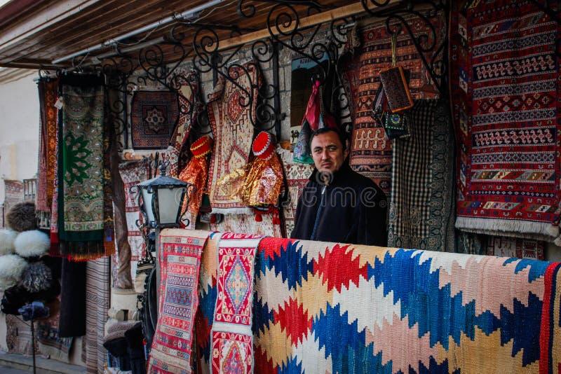 Ulica stary miasto z tradycyjnymi Azerbejd?a?skimi dywanami na ?cianie i sprzedawcy obrazy royalty free