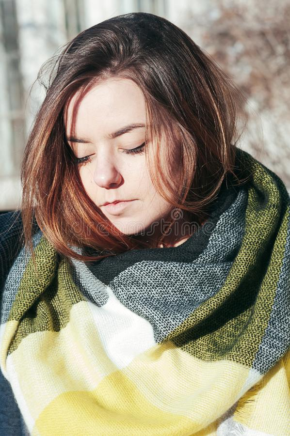 Ulica stylowego portreta śliczna dziewczyna w jaskrawym żółtym szaliku fotografia stock