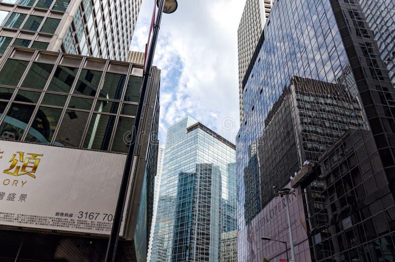 Ulica w centrum Hong Kong śródmieście eleganccy nowożytni korporacyjni budynki, biznesowy biuro szkło i metal -, obraz royalty free