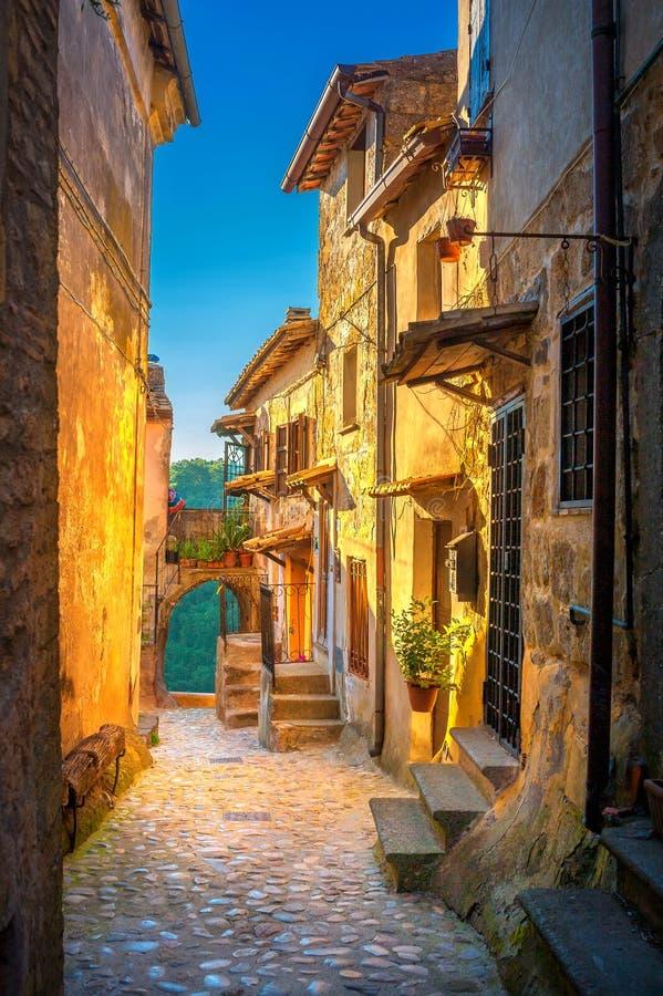 Ulica w pięknej małej średniowiecznej wiosce w Tuscany przy zmierzchem fotografia stock