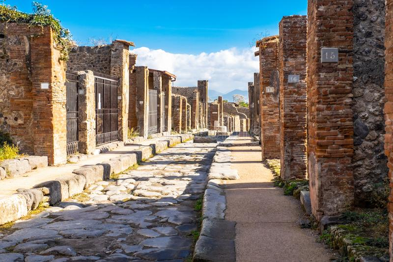 Ulica w Pompeii antyczny Romański miasto, niszczący erupcją góra Vesuvius, Naples, Włochy zdjęcia royalty free