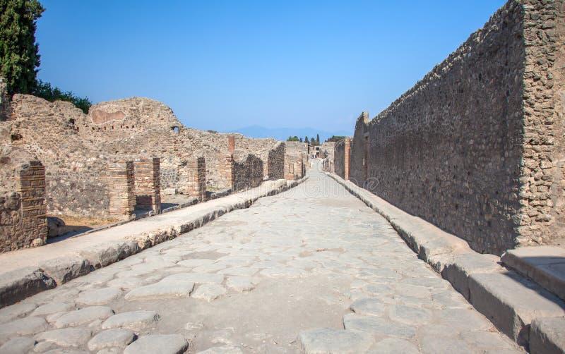 Ulica w Pompeii i Vesuvius, Włochy fotografia royalty free