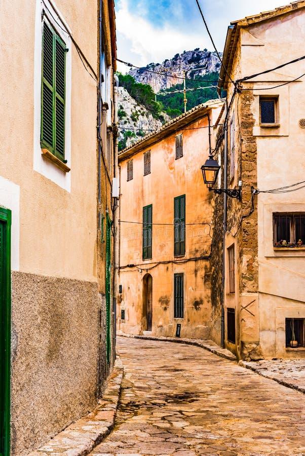 Ulica w starej hiszpańskiej wiosce z góra krajobrazem zdjęcia royalty free