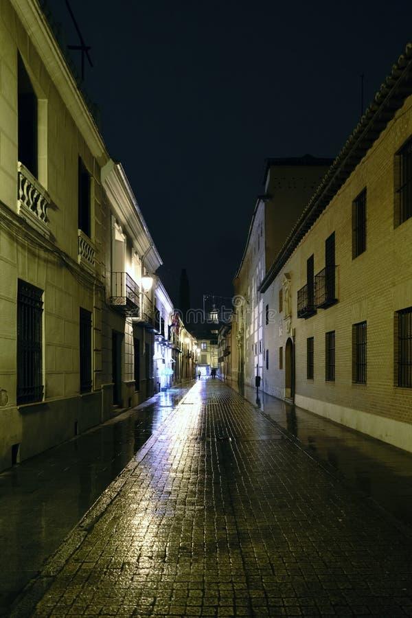 Ulica w starym miasteczku Alcala De Henares, Hiszpania dzwonił zdjęcia royalty free
