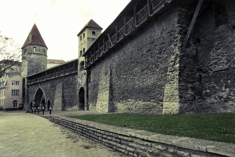 Ulica w starym miasteczku Tallinn z starą kamienną ścianą obrazy royalty free