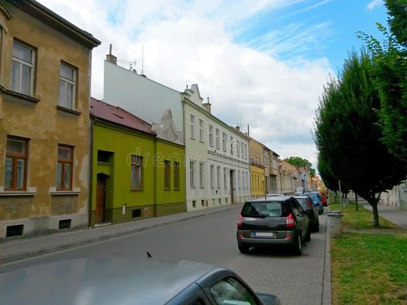 Ulica z domami, samochodami, drogą, przejściem, drzewami i gazonem, Prostejov, republika czech obraz royalty free